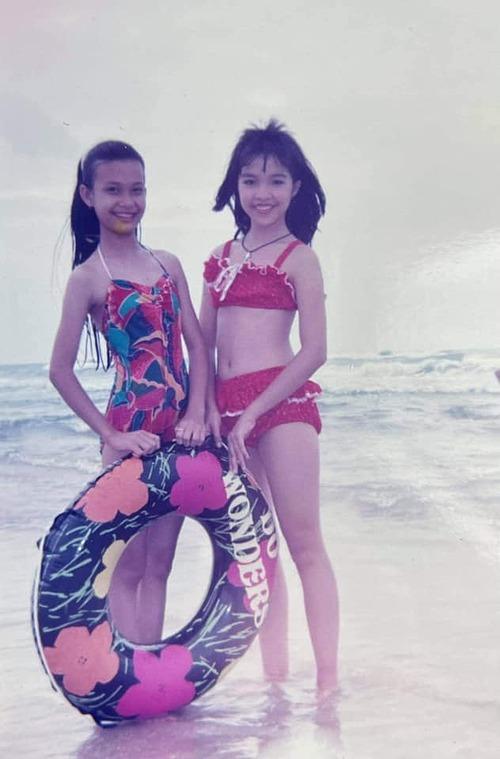Hiền Thục năm 12 tuổi khi chụp ảnh trên biển cùng bạn.