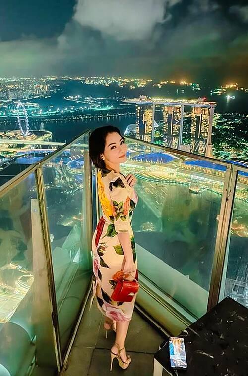 Ca sĩ Thu Minh mê đắm vẻ đẹp về đêm trên cao ở Singapore.