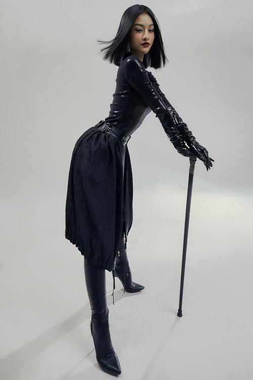 Set trang phục all black được mix-math thêm bốt da cao cổ, găng tay da để khiến hình ảnh của Lona thêm phần cá tính và ấn tượng.