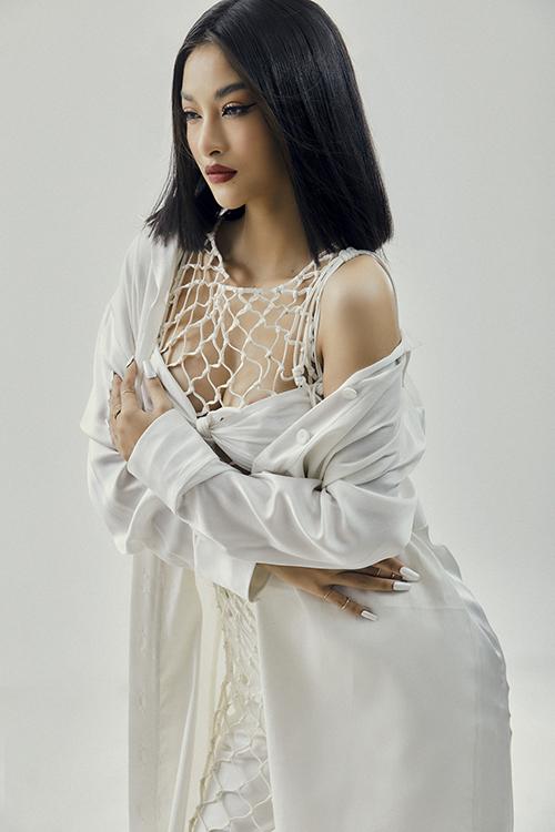Bằng kỹ thuật thắt nút tỉ mỉ, nhà mốt Việt mang tới mẫu áo lưới hợp xu hướng hè 2021 và giúp nàng á hậu khoe vẻ đẹp hình thể.
