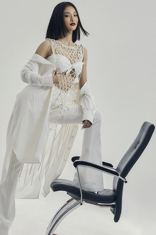 Kể từ khi ấn định hình ảnh với gu ăn mặc thời thượng và cá tính, Á Hậu Miss World 2019 đã thành công trong việc làm nổi bật bản thân giữa muôn vàn đóa hoa tươi sắc trong showbiz Việt.
