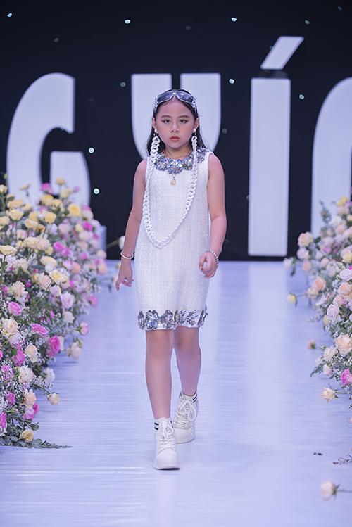 Tối 3/4, nhà thiết kế Hà Nhật Tiến giới thiệu bộ sưu tập Blossom trong fashion show dành cho thiếu nhi được tổ chức tại TP HCM.