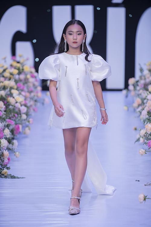 Bộ sưu tập gồm 25 trang phục kết hợp hài hoà giữa phong cách dạo phố và đi tiệc mùa hè dành cho bé gái.