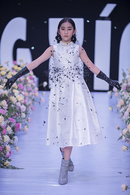 Xu hướng đính lông vũ độc đáo trên váy dạ tiệc cũng được nhà mốt áp dụng cho dòng thời trang thiếu nhi.