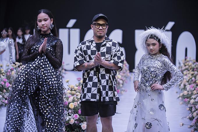 Nhà thiết kế Hà Nhật Tiến (đứng giữa) và các mẫu nhí trong phần chào kết.