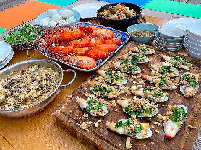 Tăng Thanh Hà mở tiệc buffet ốc bên bể bơi tại gia - 2