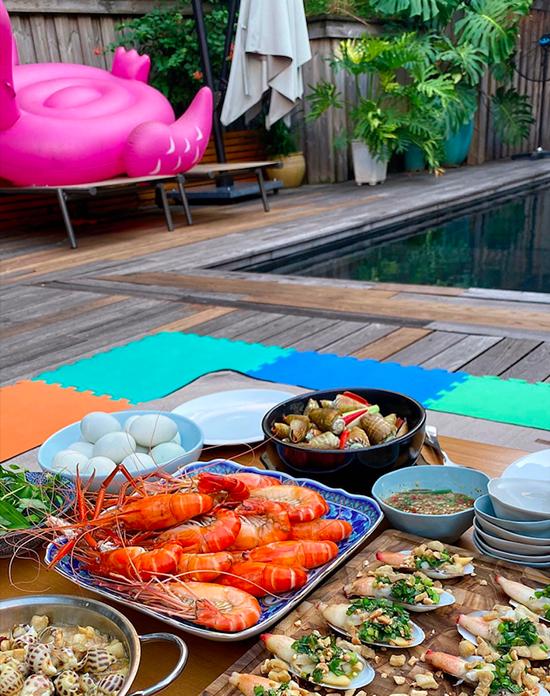 Tăng Thanh Hà mở tiệc buffet ốc bên bể bơi tại gia