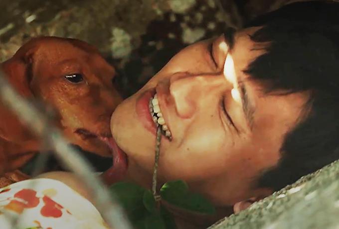 Xuân Nghị và chú cún Bé Hai trong phim.