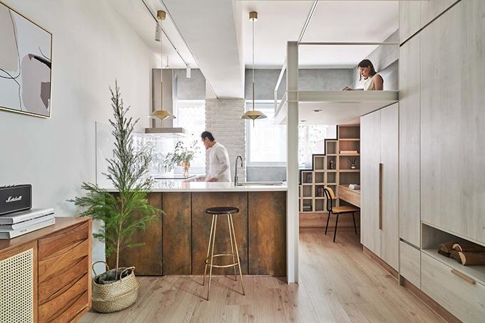 Đội ngũ thiết kế đã tạo vẻ ngoài cho đảo bếp bằng hoạ tiết gỉ sắt lấy cảm hứng từ cây đàn guitar để thể hiện tình yêu âm nhạc của chủ nhà. Căn hộ như một nơi ẩn náu vừa kín, vừa mở với phong cách thiết kế đơn giản, tươi mới.