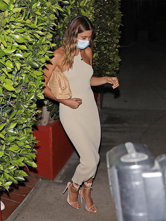 Hailey sành điệu và quyến rũ trong bộ đầm nude thương hiệu Alyx Studio có giá hơn 645 USD (gần 15 tỷ đồng), sandal dây Femme LA 169 USD và chiếc túi xách Bottega 3.200 USD. Set đồ tôn lên vóc dáng và đường cong gợi cảm của người đẹp 9X.