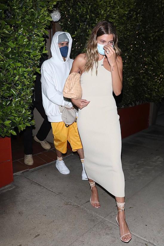 Sau bữa tối lãng mạn, vợ chồng Bieber rời nhà hàng 5 sao Giorgio Baldi ở Santa Monica.