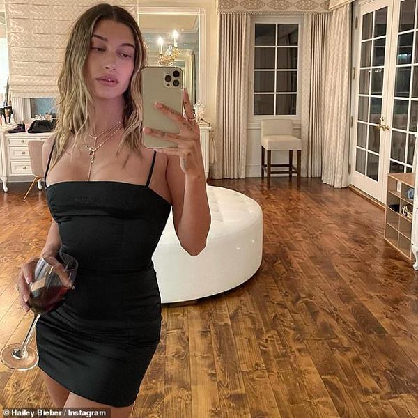 Hailey Bieber chia sẻ hình ảnh thưởng thức ly rượu vang vào tối thứ sáu trong biệt thự mới của cô và Justin.