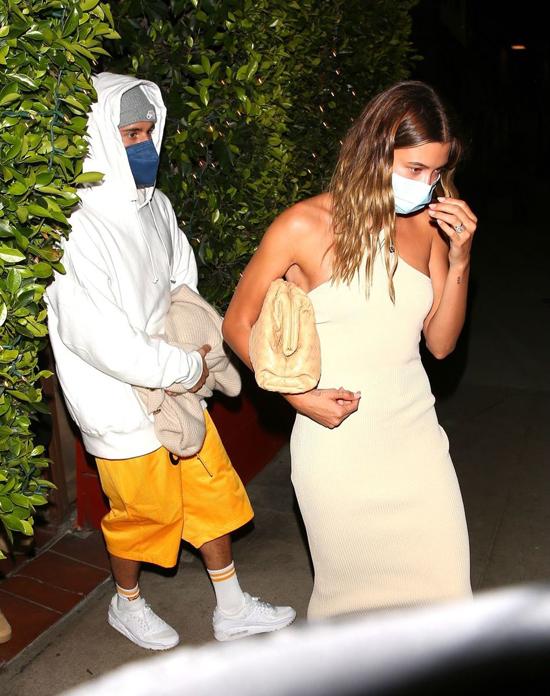Là một biểu tượng thời trang, Hailey luôn xuất hiện chỉn chu và phong cách. Trong khi đó chồng cô thường lựa chọn những bộ đồ thoải mái, đơn giản không mấy ton sur ton với vợ. Justin trung thành với áo hoodie, giầy thể thao mỗi khi ra phố.