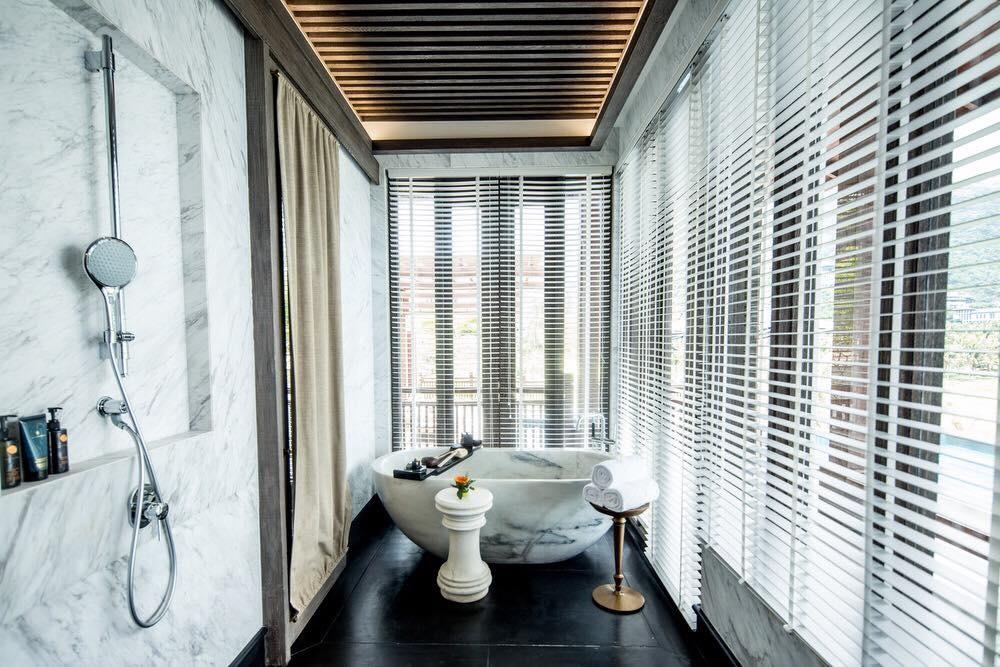 Bồn tắm làm bằng đá cẩm thạch nguyên khốitoilet, nhà tắm riêng, đẹp hơn phòng bình thường, bệ đá nổi lên,