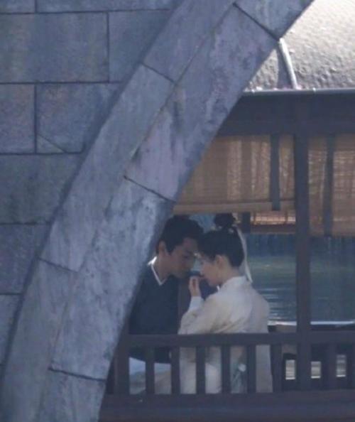 Ở một cảnh quay khác, hai diễn viên ngồi sát bên nhau trên thuyền, quay phim dưới làn mưa lâm thâm. Không khí được nhận xét rất lãng mạn.