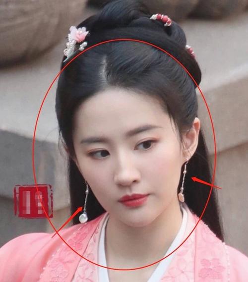 Khán giả ngưỡng mộ vóc dáng, gương mặt và làn da đẹp của Lưu Diệc Phi ở tuổi 34.