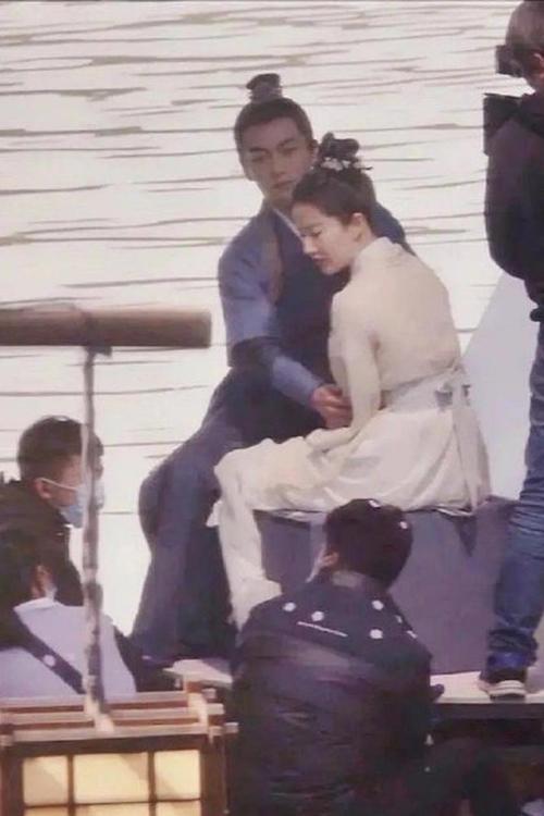 Trần Hiểu và Lưu Diệc Phi diễn tình tứ trên thuyền.