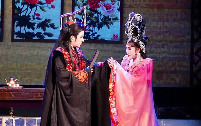 Vũ Luân hoá Tống Nhân Tôn, Khánh Tâm trong vai Bàng Quý Phi diễn vở Tống Nhân Tôn hoàng đế tại rạp Hưng Đạo TP HCM.