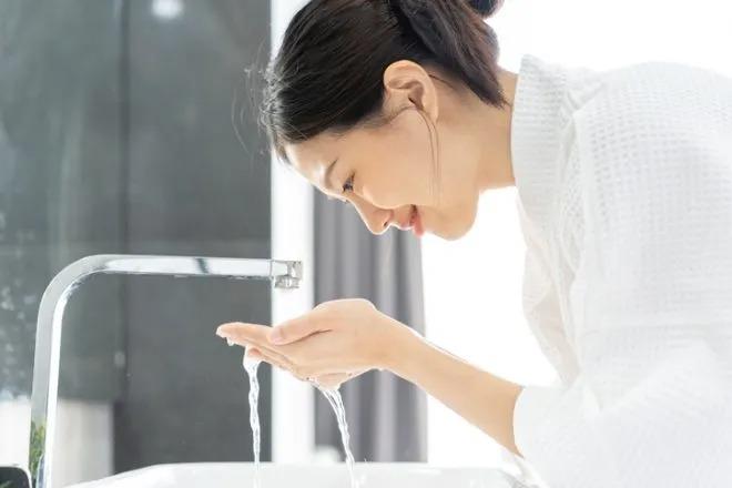 Cách rửa mặt hiệu quả nhất là dùng tay táp nước lên mặt và sử dụng bông tẩy trang hoặc khăn đa năng dùng một lần để thấm khô da mặt.