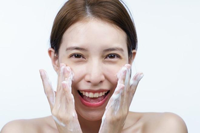 Với làn da mẫn cảm hoặc đang nổi mụn, nên chọn sữa rửa mặt có chứa axit amin để dưỡng ẩm nhẹ nhàng.