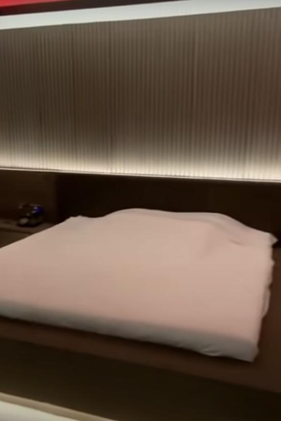 Nhà sản xuất phim Bố già giữ tông màu trầm cho phòng ngủ, giúp anh và vợ có cảm giác thư giản, thoải mái. Ngoài ra, anh đặt các máy lọc không khí ở từng phòng giúp môi trường sinh hoạt luôn trong lành.