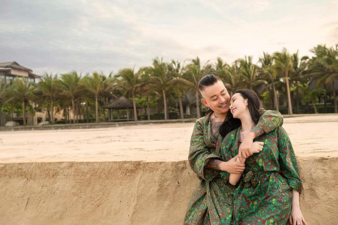 Tuấn Hưng và vợ tận hưởng khoảnh khắc lãng mạn ở biển.