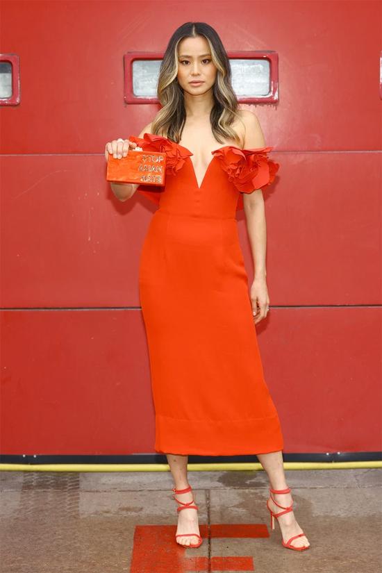 Nữ diễn viên Hangover Jamie Chung chọn sắc cam nổi bật và giơ cao khẩu hiệu Ngừng kỳ thị người châu Á sau vụ việc 6 người châu Á bị thiệt mạng trong vụ xả súng ở Georgia tháng trước.