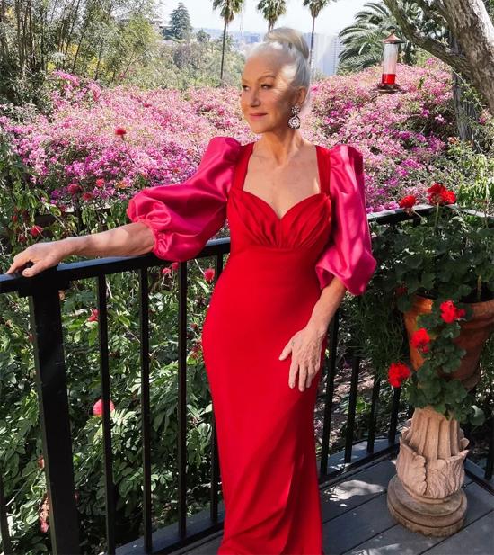 Minh tinh Helen Mirren vẫn đẹp sang trọng và quyến rũ ở tuổi 75. Bà mặc đầm Badly Mischka tạo dáng trong khu vườn rực rỡ.