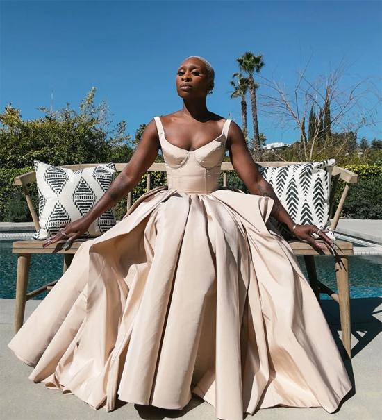 Ngôi sao phim The Outsider Cynthia Erivo diện đồ sang chảnh của Alexander McQueen trước hồ bơi.