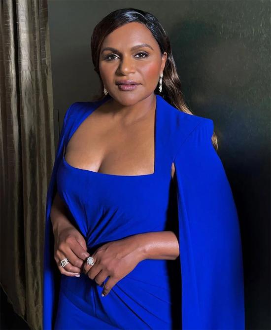 Mindy Kaling chọn đầm xanh navi của Alex Perry .