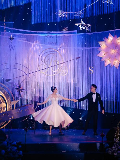 First dance cũng thay cho lời cảm ơn của cô dâu chú rể gửi tới những vị khách tham dự hôn lễ. Màn khiêu vũ còn có sự góp mặt của những người bạn thân thiết với Thanh Thanh - Kim Bảo.