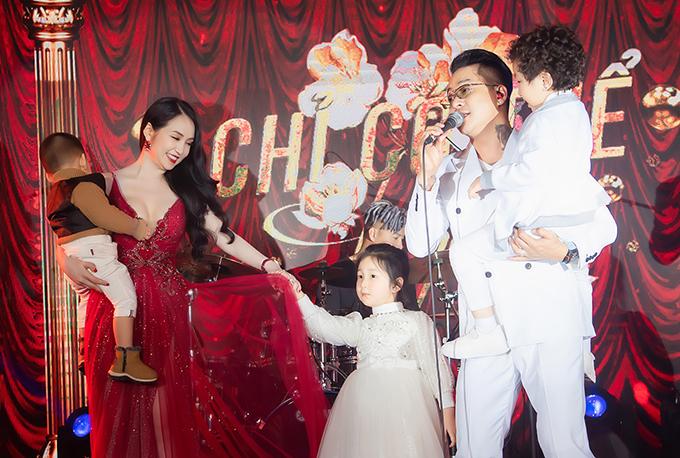 Vợ chồng Tuấn Hưng - Hương Baby bên ba con.