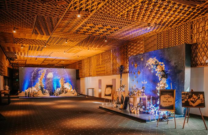 Ý tưởng trang trí được thể hiện thống nhất và liền mạch giữa các khu vực tiệc. Bên ngoài sảnh, backdrop và bàn memory ấn tượng với màu xanh dương đậm của bầu trời đêm (mid night blue).