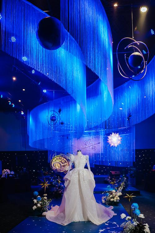 Chiếc váy cưới - món quà đặc biệt được thực hiện trong hai năm mà chú rể và nhà thiết kế Phương Linh dành tặng cô dâu xuất hiện trên sân khấu trước khi bắt đầu chính tiệc đã gợi nhắc mọi người về chuyện tình của cặp uyên ương.