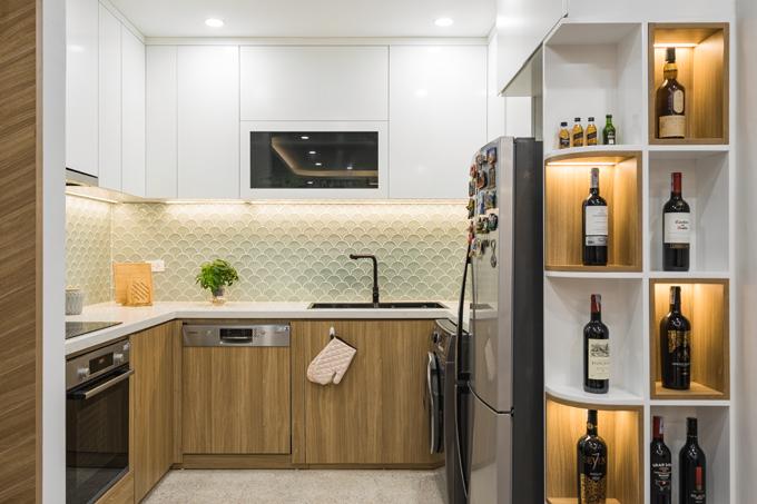 Bếp tiện nghi với các thiết bị nhà bếp thông minh. Ốp bếp hình vảy cá màu xanh giúp căn bếp sinh động.