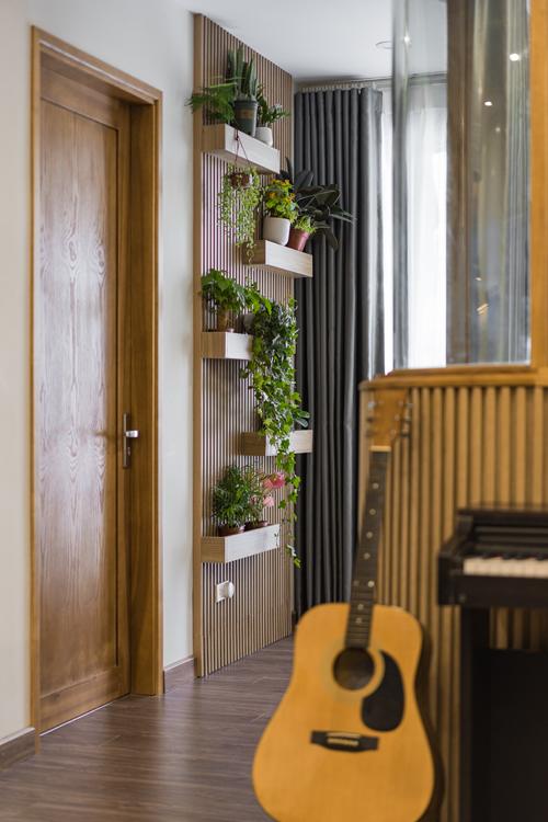 Gia chủ yêu thiên nhiên nên góc tường cạnh phòng ngủ của bé, phòng bố mẹ được tận dụng để làm nơi trồng cây, thanh lọc không khí và là chỗ thư giãn, nghỉ ngơi trong ngày lẫn cuối tuần.