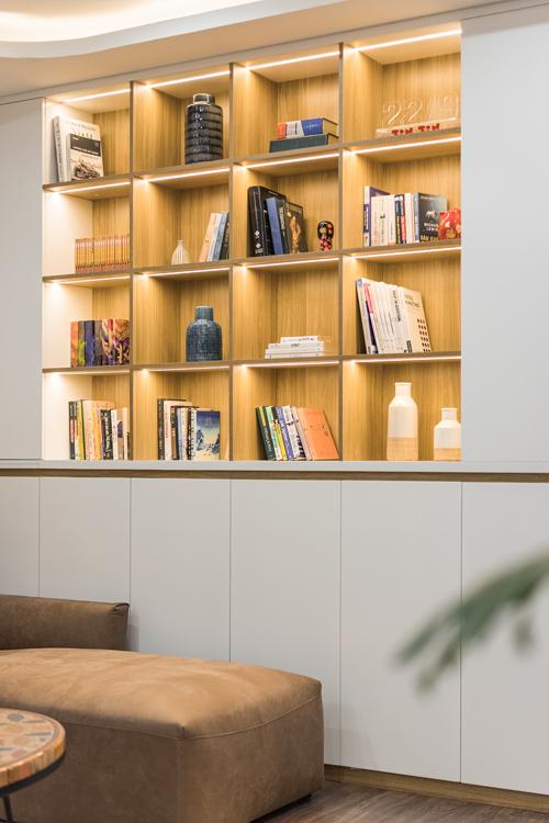 Hệ tủ sách kết hợp dải đèn led tạo điểm nhấn, giúp không gian sáng, sang trọng.