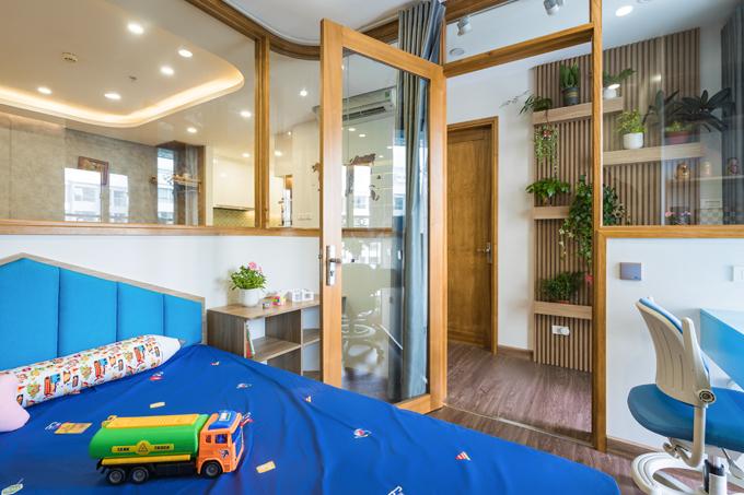 Căn phòng có nhiều màu sắc tươi vui, phù hợp lứa tuổi của bé.