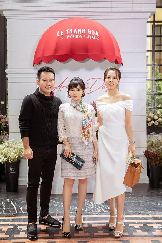 Một chiếc clutch Hermes da cá sấu được Vân Nguyễn phối cùng trang phục khi dự show của nhà thiết kế Lê Thanh Hòa tại Sapa. Thiết kế này có giá khoảng 300 triệu đồng, được ca sĩ Lệ Quyên yêu thích và sử dụng trong nhiều sự kiện.