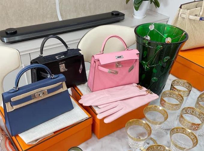 Trong một dịp sinh nhật, Vân Nguyễn được chồng tặng ba chiếc Hermes Kelly size 25 với ba màu khác nhau, có giá trị khoảng 300 triệu đồng mỗi chiếc.