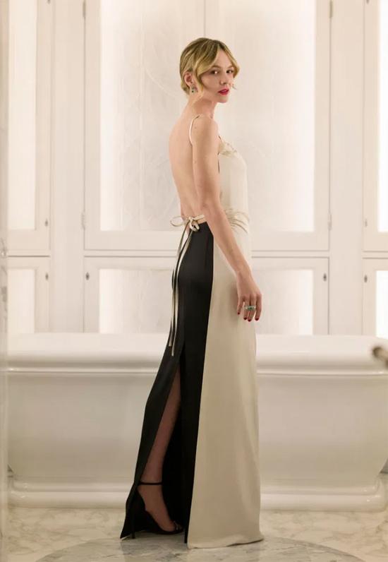 Người đẹp phim Gatsby vĩ đại Carey Mulligan diện đầm lụa khoe lưng. Năm nay cô được đề cử với phim Promising Young Woman.