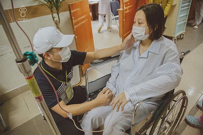 Chồng luôn bên cạnh và động viên chị Lan trong cuộc chiến với ung thư một năm trước. Ảnh: NVCC.