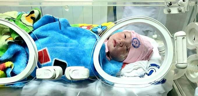 Bé Linh Chi sau khi chào đời đã được chuyển sang Bệnh viện Phụ sản Trung ương chăm sóc.