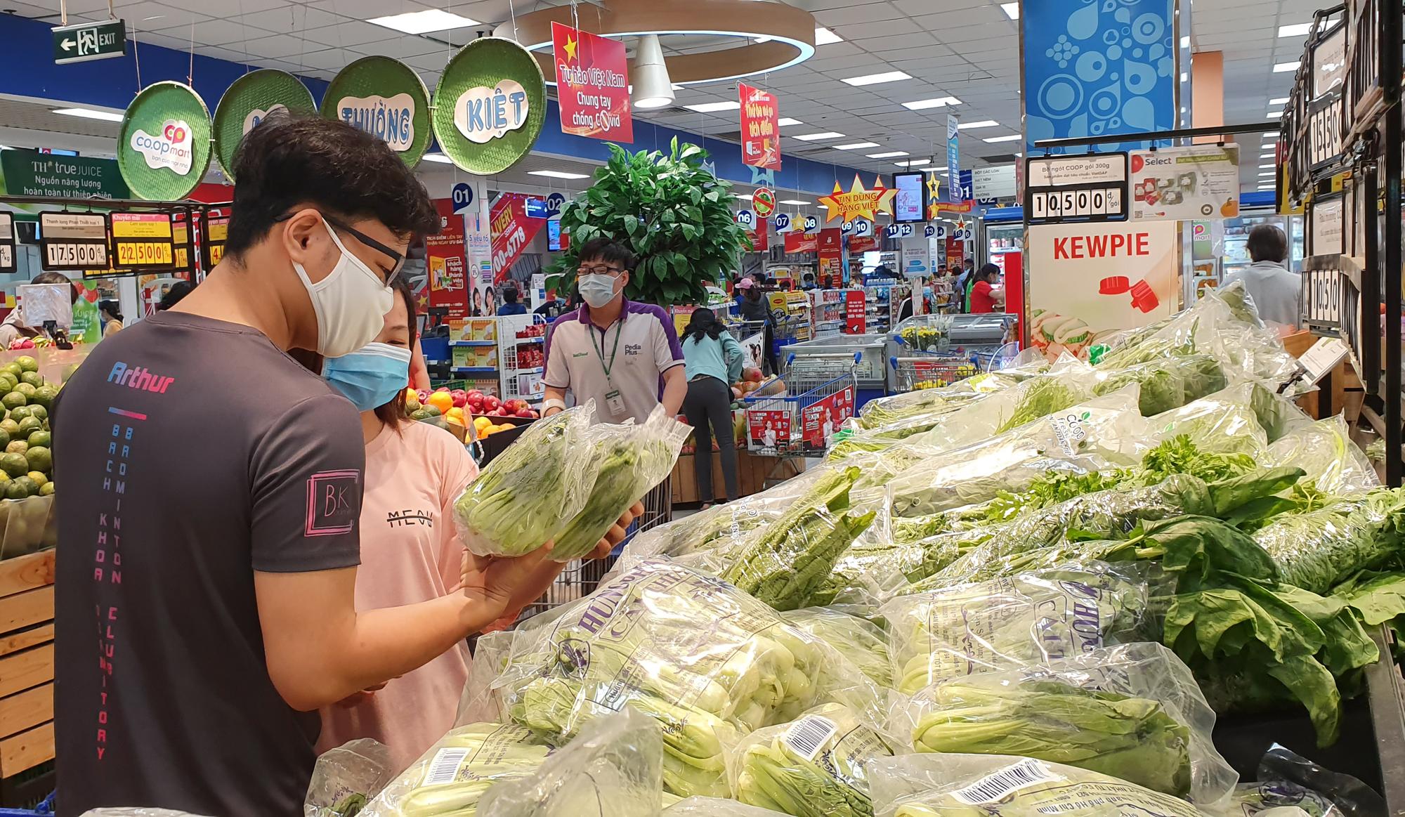 Các loại rau, củ được giảm giá sâu, cho khách hàng thoải mái lựa chọn.