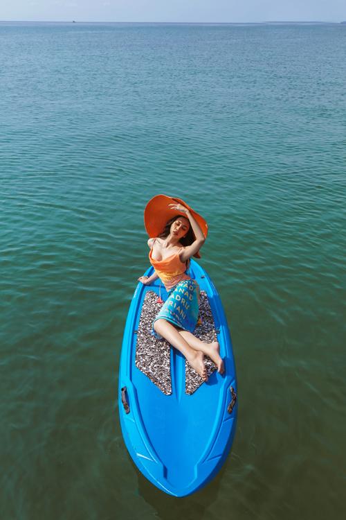 Trân Đài diện trang phục đi biển - 18