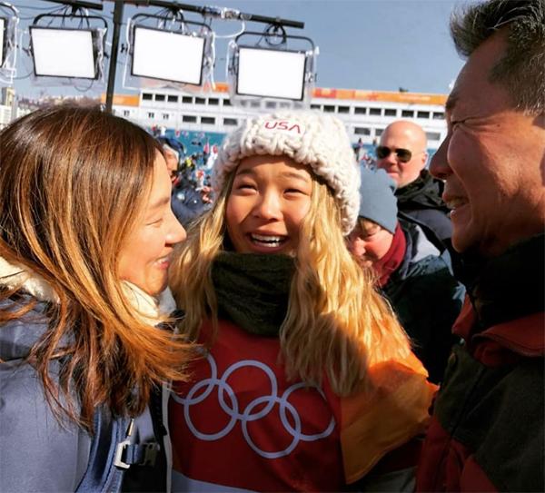 Chloe Kim bên bố mẹ sau khi vô địch Olympic Pyeongchang, quê nhà Hàn Quốc, năm 2018. Ảnh: Instagram.