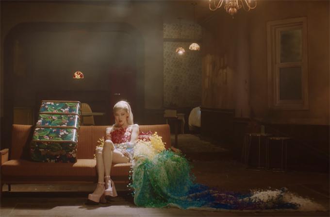 Rosé nsử dụng trang phục Công Trí trong MV solo thứ hai.