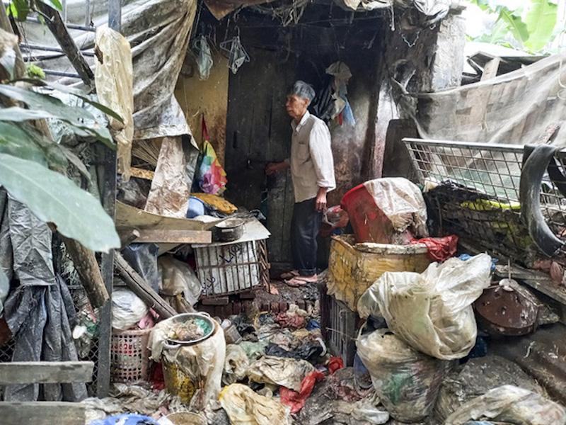 Căn nhà bủa vây toàn rác của nữ lao công xấu số.