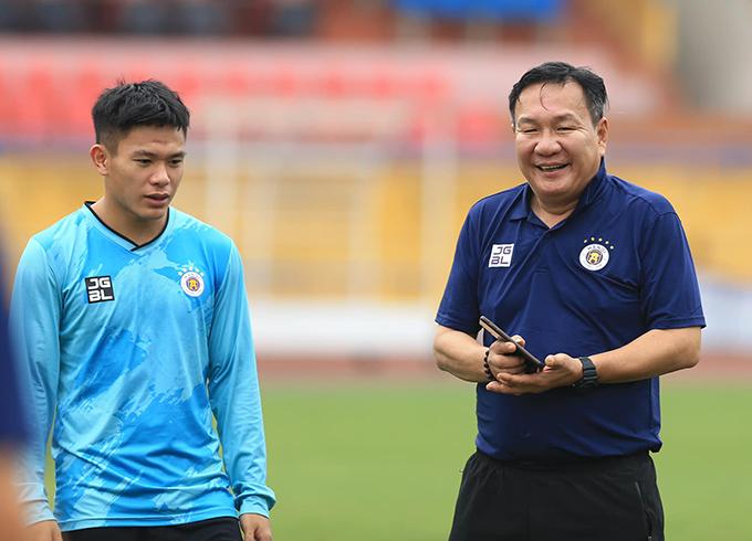 HLV Hoàng Văn  Phúc (phải) trong buổi tập đầu tiên cùng CLB Hà Nội chiều 4/4. Ảnh: HN FC.