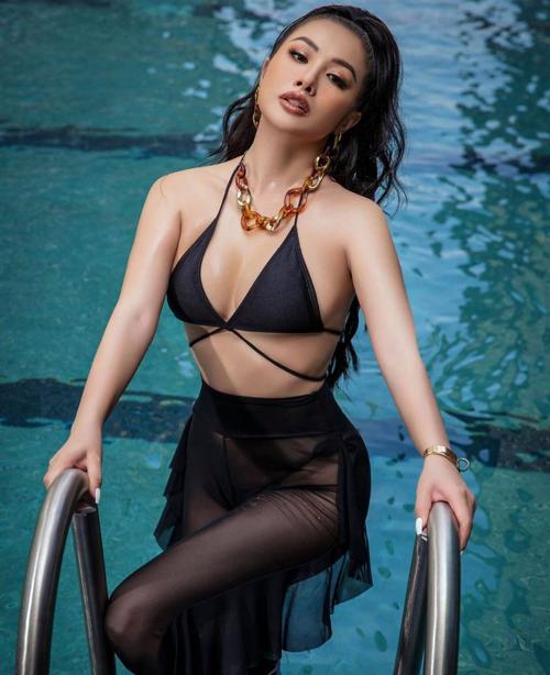 Mốt khoe trọn nội y dễ khiến người mặc dính lỗi phản cảm. Vì thế Yaya Trương Nhi và các người đẹp thường chọn phong cách này để khoe ảnh gợi cảm khi đi bơi, du lịch.
